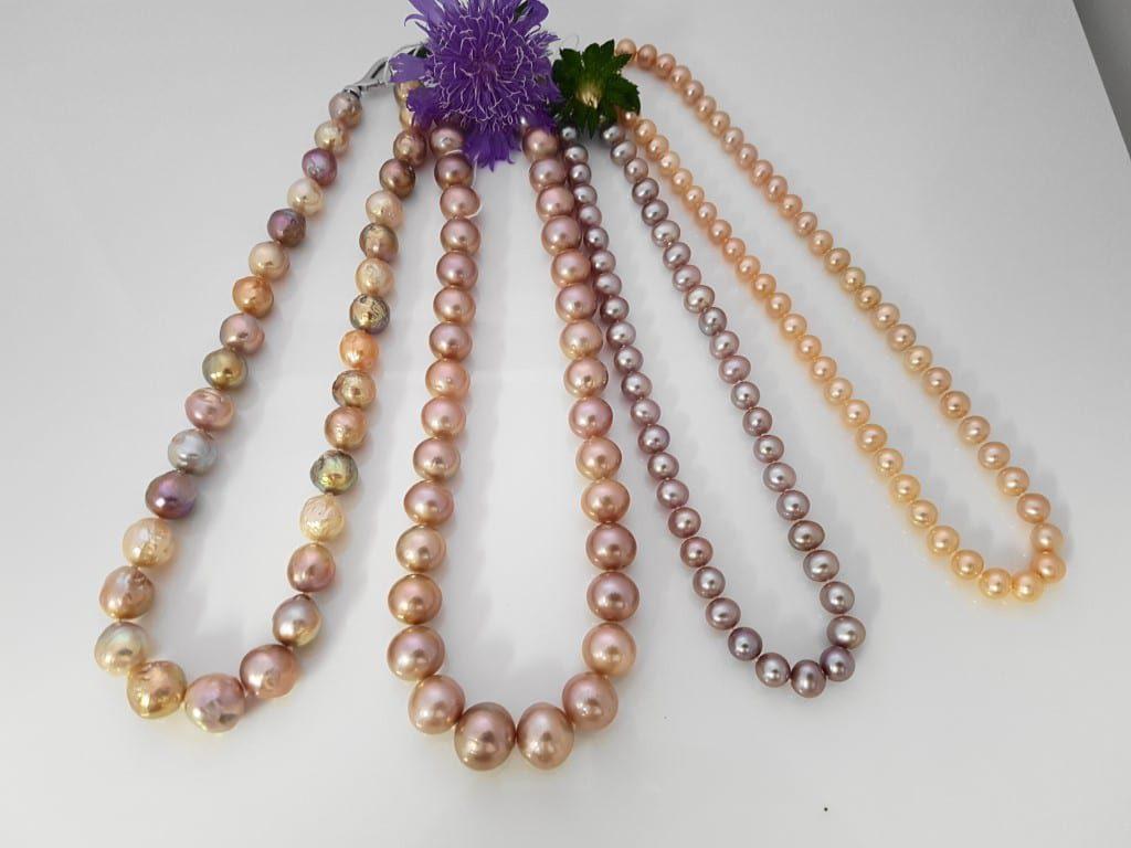 halskettingen van verschillende natuurlijke kleuren