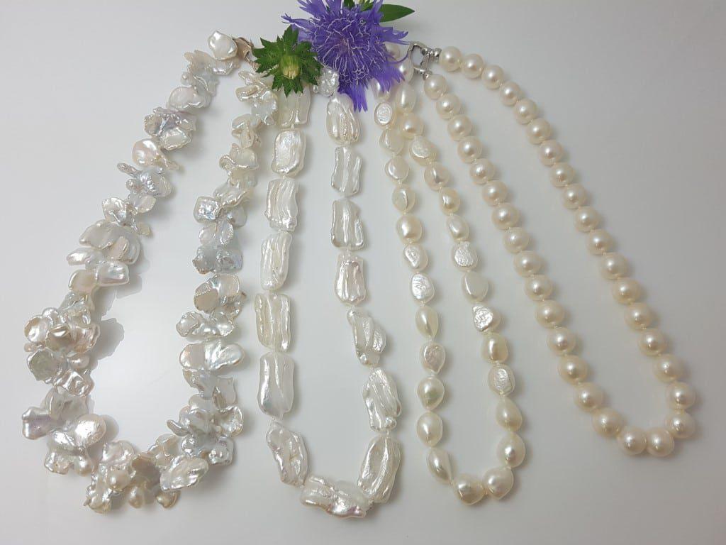 halskettingen van verschillende vormen van zoetwaterparels.