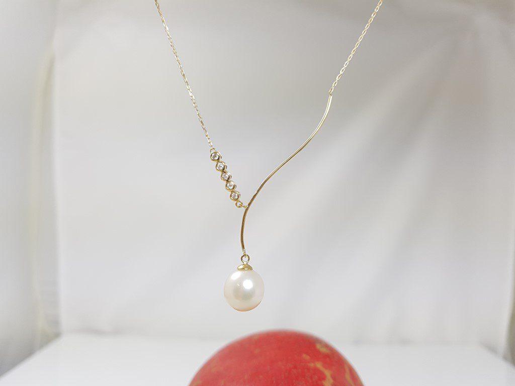 geelgouden ketting met parel en diamanten, afhangend model