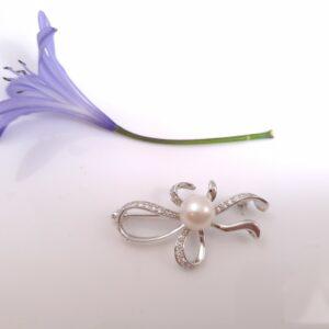 Zilveren broche met echte parel