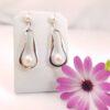 Moderne afhangende zilveren oorbellen met echte parels, zoetwaterparels.