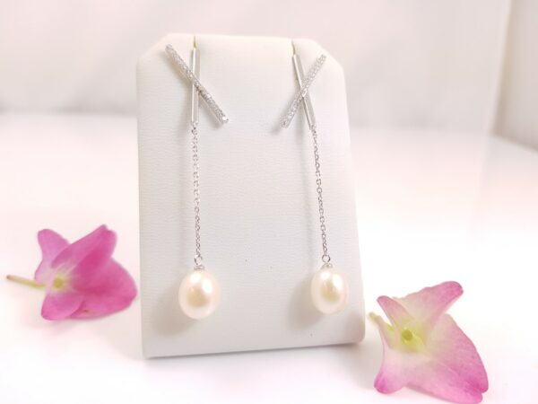 Lange afhangende zilveren oorbellen met echte parels, zoetwaterparels.