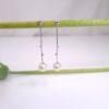 Lange witgouden pareloorbellen