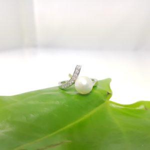 parelring met diamanten modern opgevat