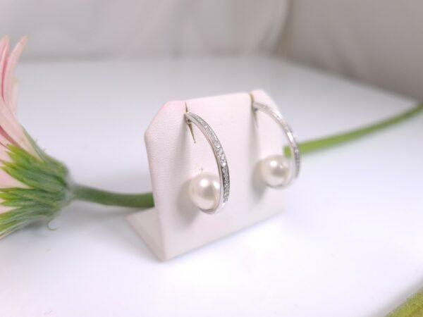 witgouden pareloorbellen met diamanten