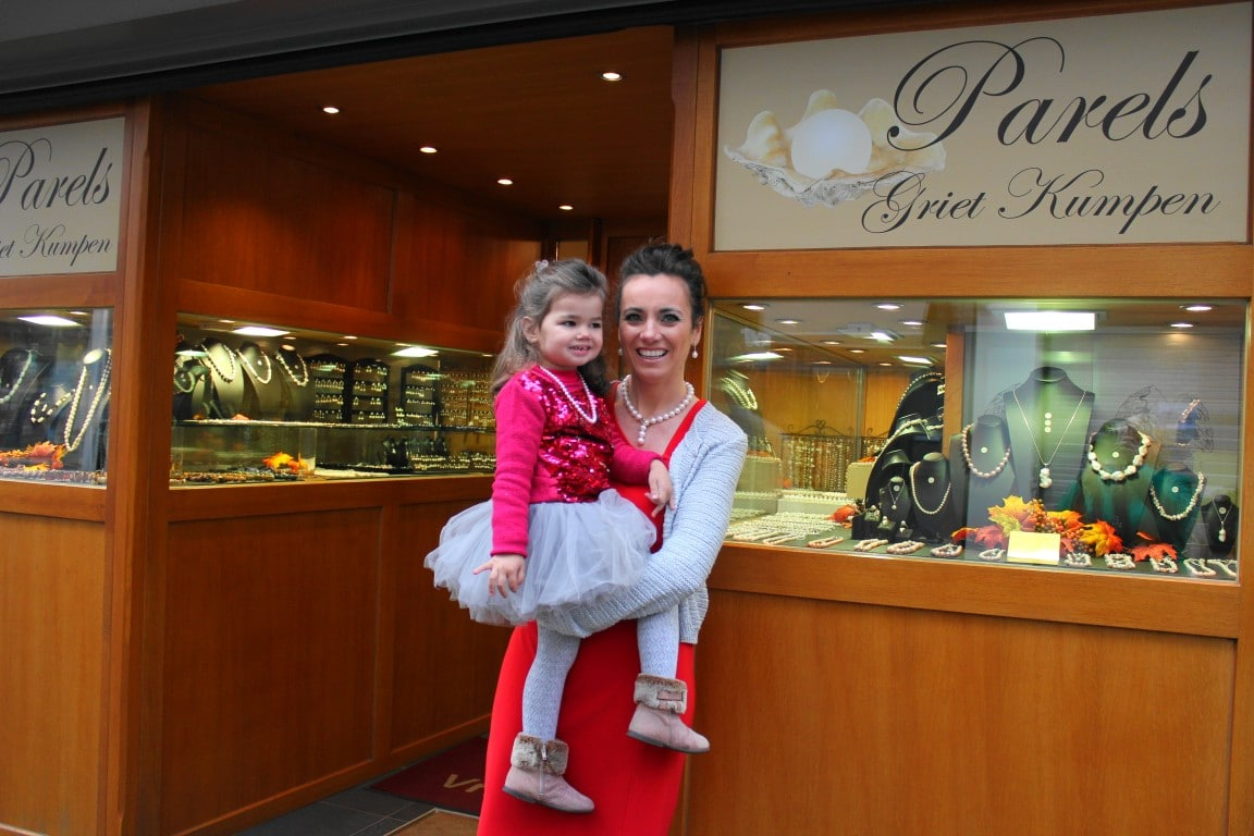 foto van mij, Griet en dochtertje Julie , voor onze winkel, de plaats waar u kunt parels kopen