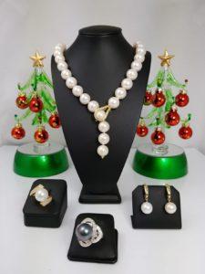Halsketting, twee ringen en oorbellen met parels