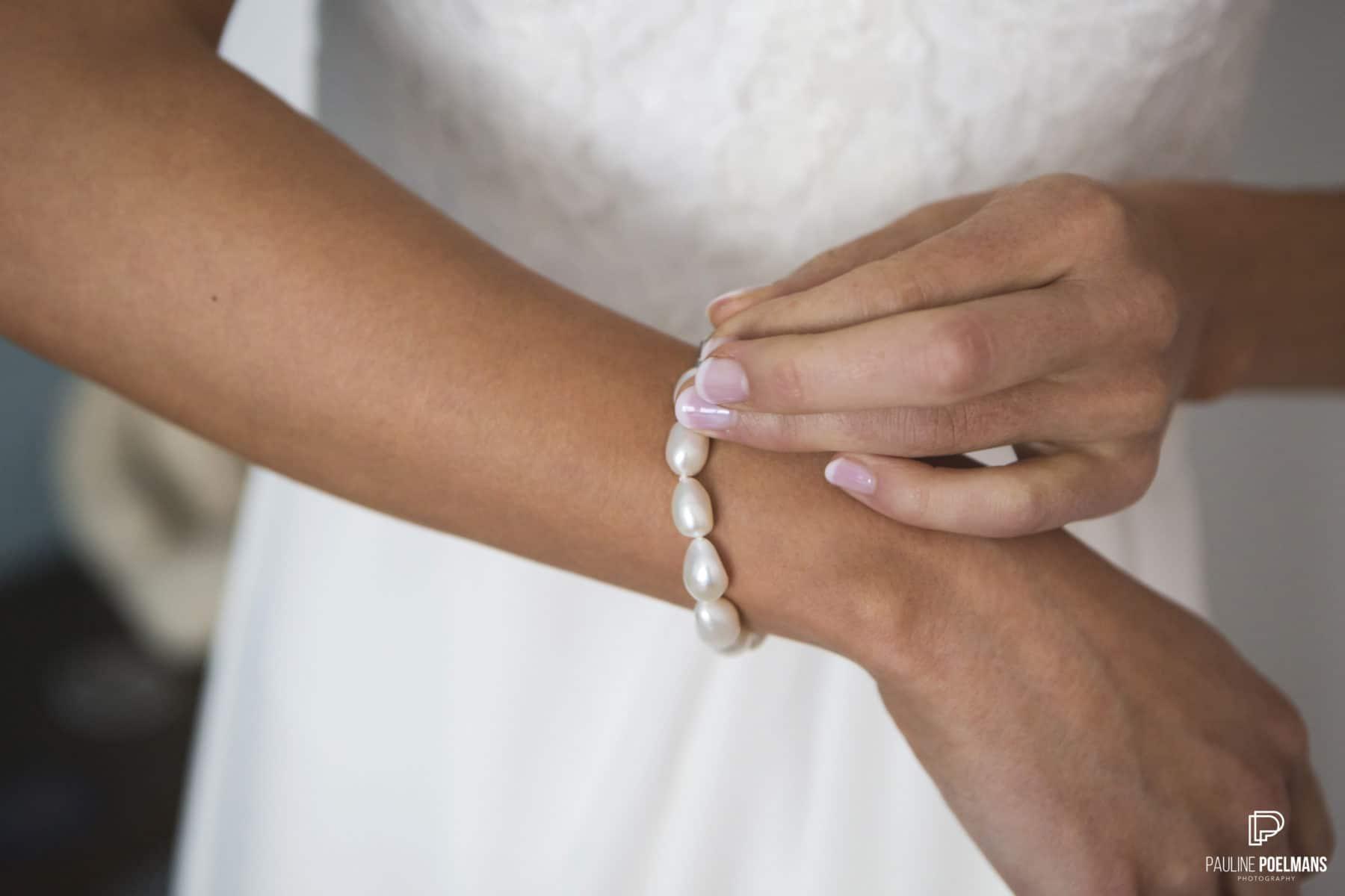 armband van parels dat een bruid aandoet