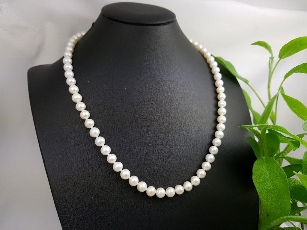 halsketting van ronde echte parels