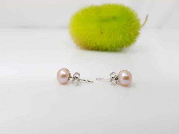 zilveren oorbellen met parels op het oor