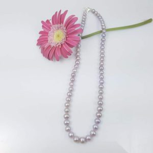 Halsketting van ronde roze parels