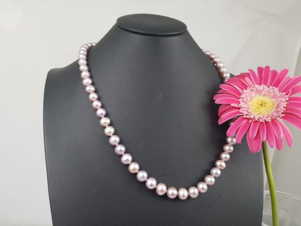 Halsketting van echte parels natuurlijk roze.