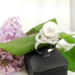 witgouden parelring met diamanten