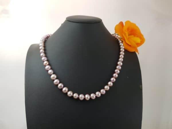 Halsketting van natuurlijk roze parels.