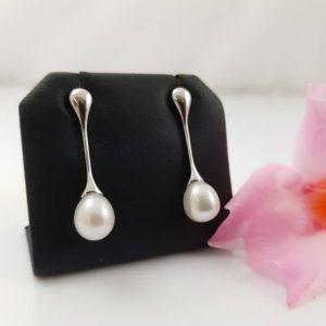 zilveren oorbellen die afhangend zijn met echte parel