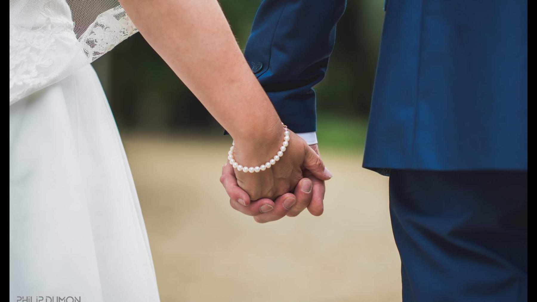 Gaat u bruidsjuwelen kopen dan is hier een mooi voorbeeld van een parelarmband die een bruid aan haar arm heeft