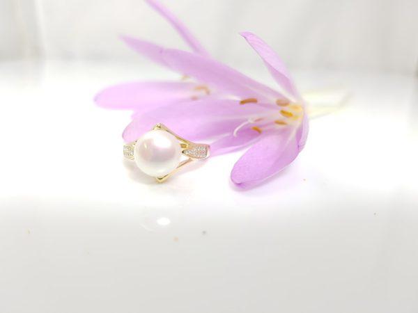 geelgouden ring met echte parel en diamanten