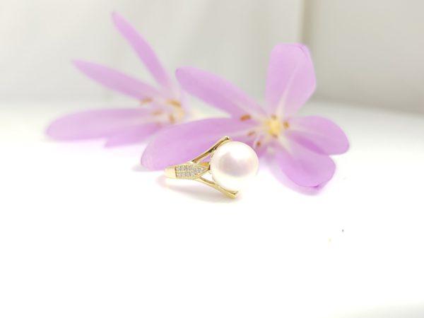 geelgouden ring met parel en diamanten