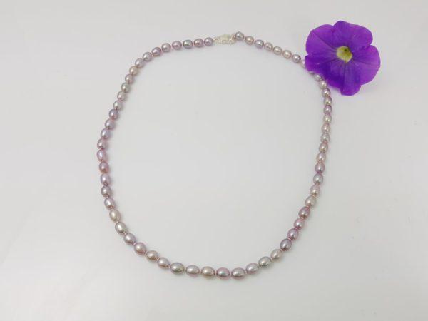 Halsketting van ovale purperen parels