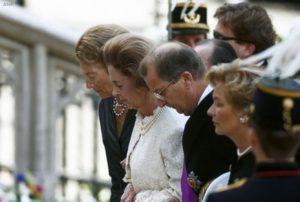 koninklijke familie rouw met parels