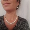 Halsketting met dikke ronde parels en geelgouden slot.