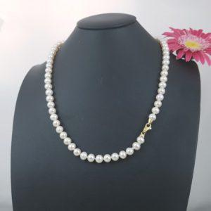 Geelgouden sluiting met diamanten aan parelketting.