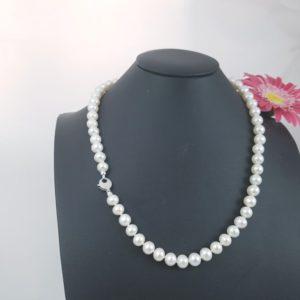 Halsketting van echte parels met witgouden slot.