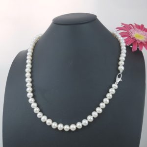 Halsketting ronde parels met witgouden slot.