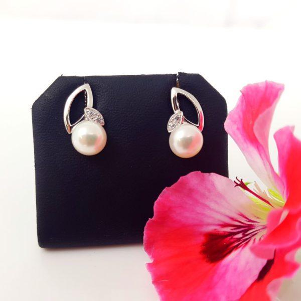 zilveren pareloorbellen op het oor