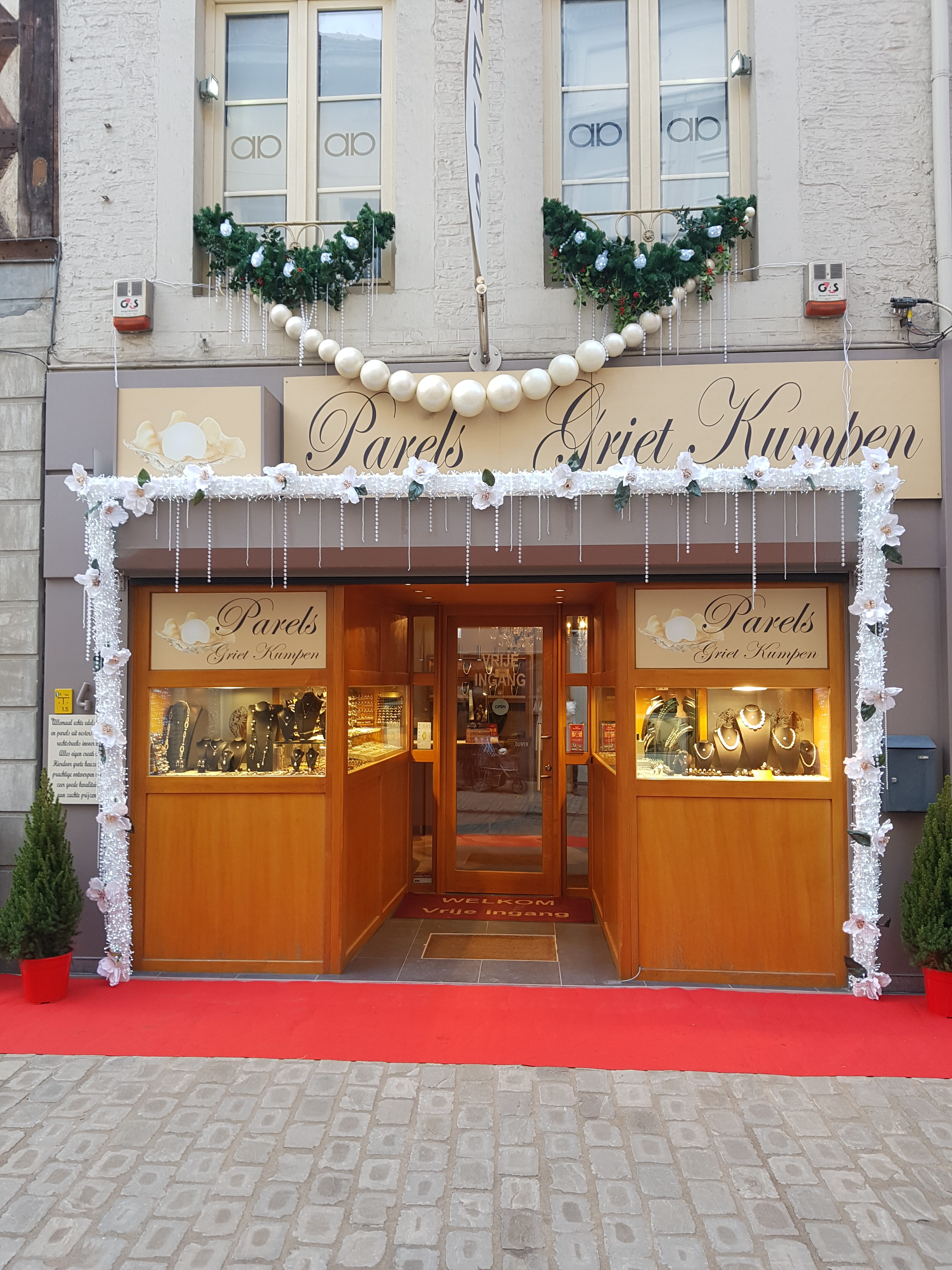 Juwelierszaak gespecialiseerd in echte parels versierd voor kerst.