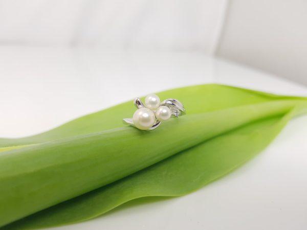 18k witgouden parelring met diamanten en 3 parels.