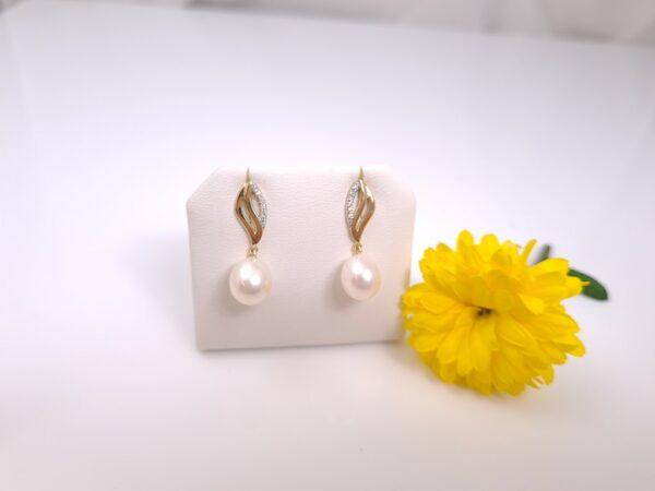Geelgouden oorbellen met echte parels en diamanten.