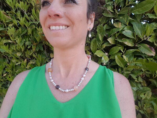 Halsketting van echte parels en edelstenen