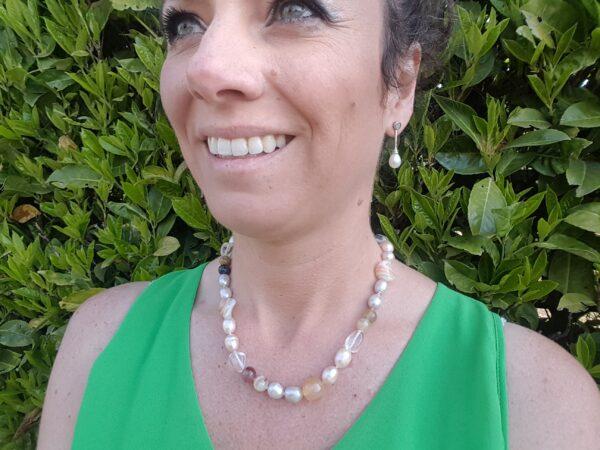halsketting van echte parels mer edelstenen