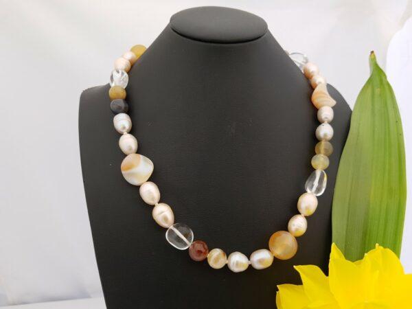 Halsketting van echte parels met edelstenen