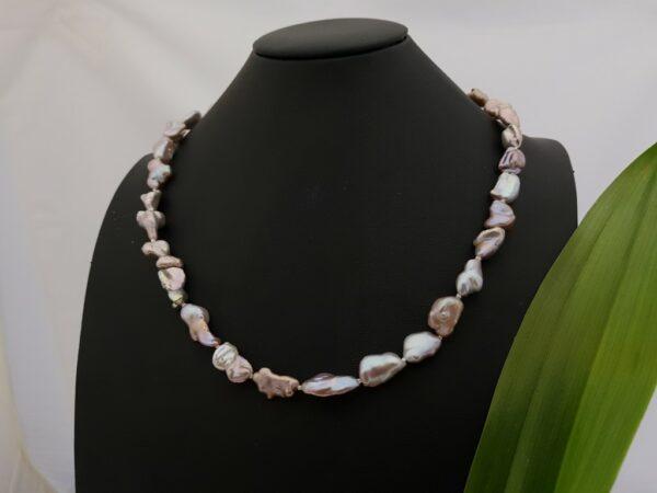 Halsketting van donkerroze keshi parels