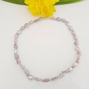 Halsketting van donker roze keshi parels