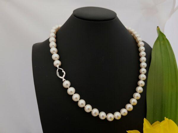 Halsketting van echte parels met witgouden slot met diamanten