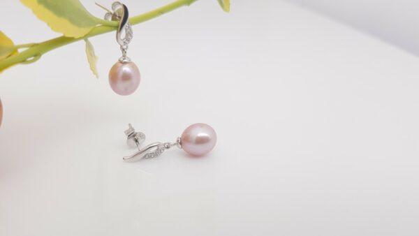 Roze hangende pareloorbelen