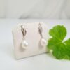 Witgouden oorbellen met echte parels en diamanten.