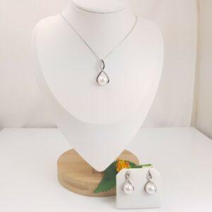 halsketting en oorbellen van zilver met echte parels