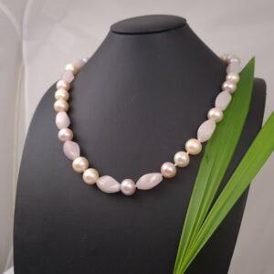 Halsketting van echte parels met roze kwarts