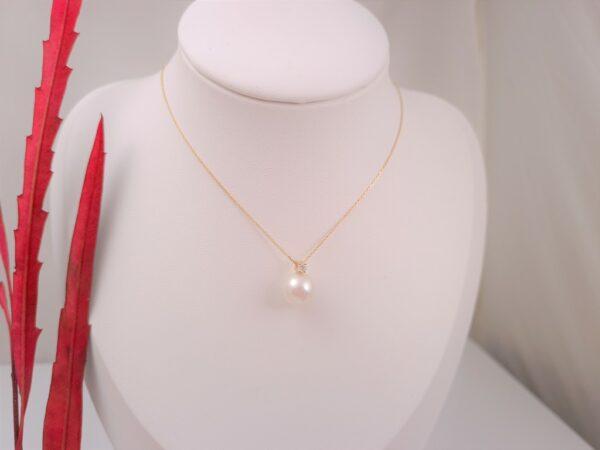 Geelgouden ketting met echte parel en echte diamanten.