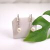 Zilveren oorbellen met parels.
