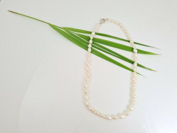 Halsketting van echte parels, barok van vorm.